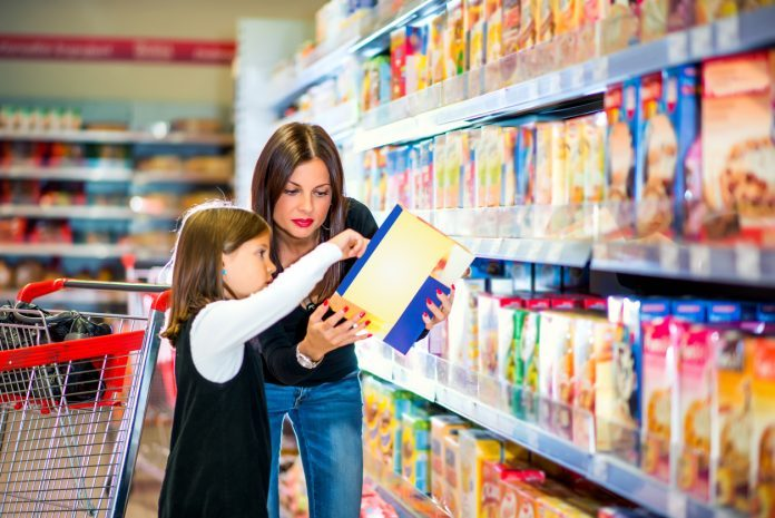 Mamma e figlia fanno la spesa in un supermercato