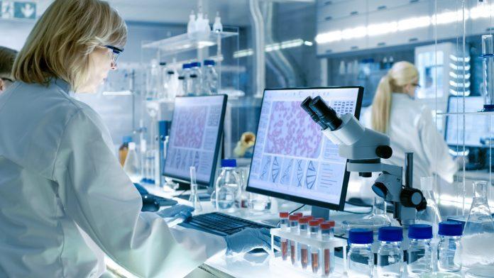 Scienziata in laboratorio di ricerca
