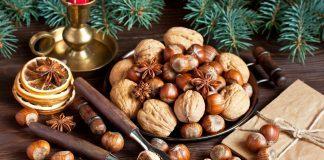 Frutta secca su tavola natalizia