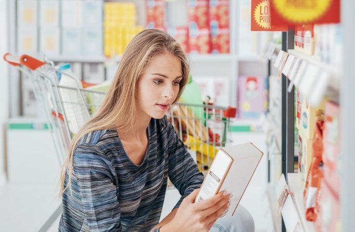 donna guarda un etichetta