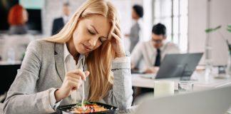 Donna con emicrania mangia