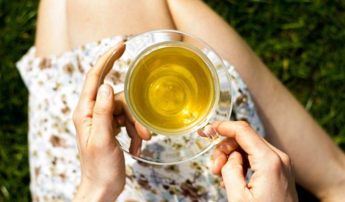 Donna beve il tè