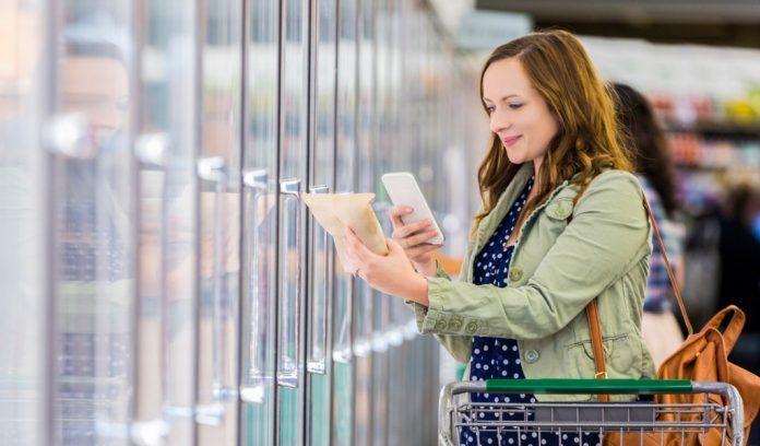 Donna utilizza app per la spesa