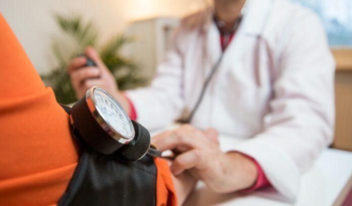 medico braccio pressione