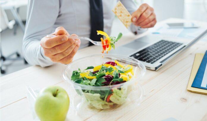 impiegato camputer pranzo insalata
