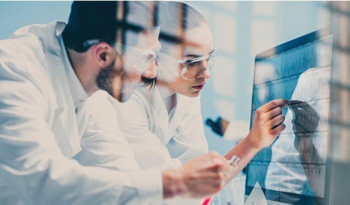 scienziati guardano dna su monitor