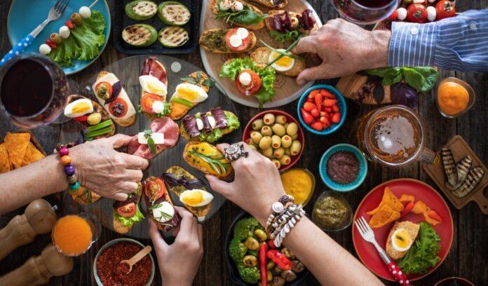 mani prendono cibo da buffet