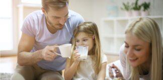 uomo bambina donna bicchiere di latte