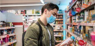 ragazzo con mascherina supermercato scaffali