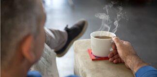 signore seduto tazza fumante