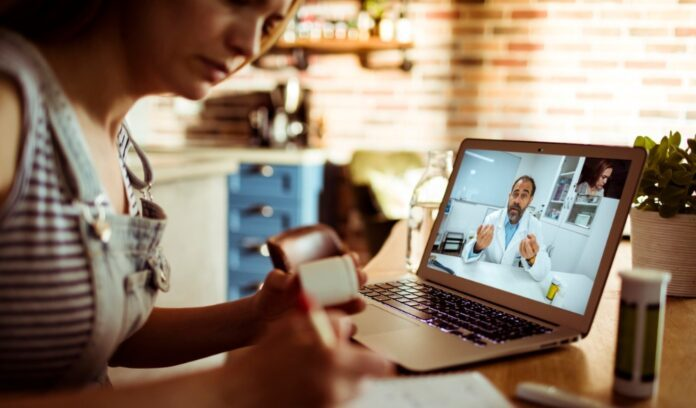 donna visita online computer medico