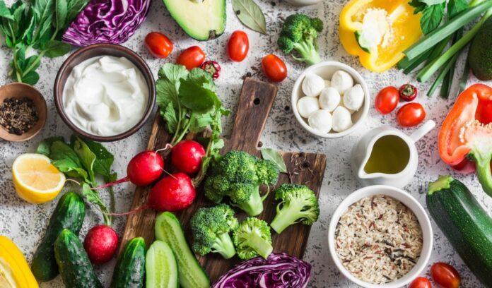 tavola con alimenti vegetali